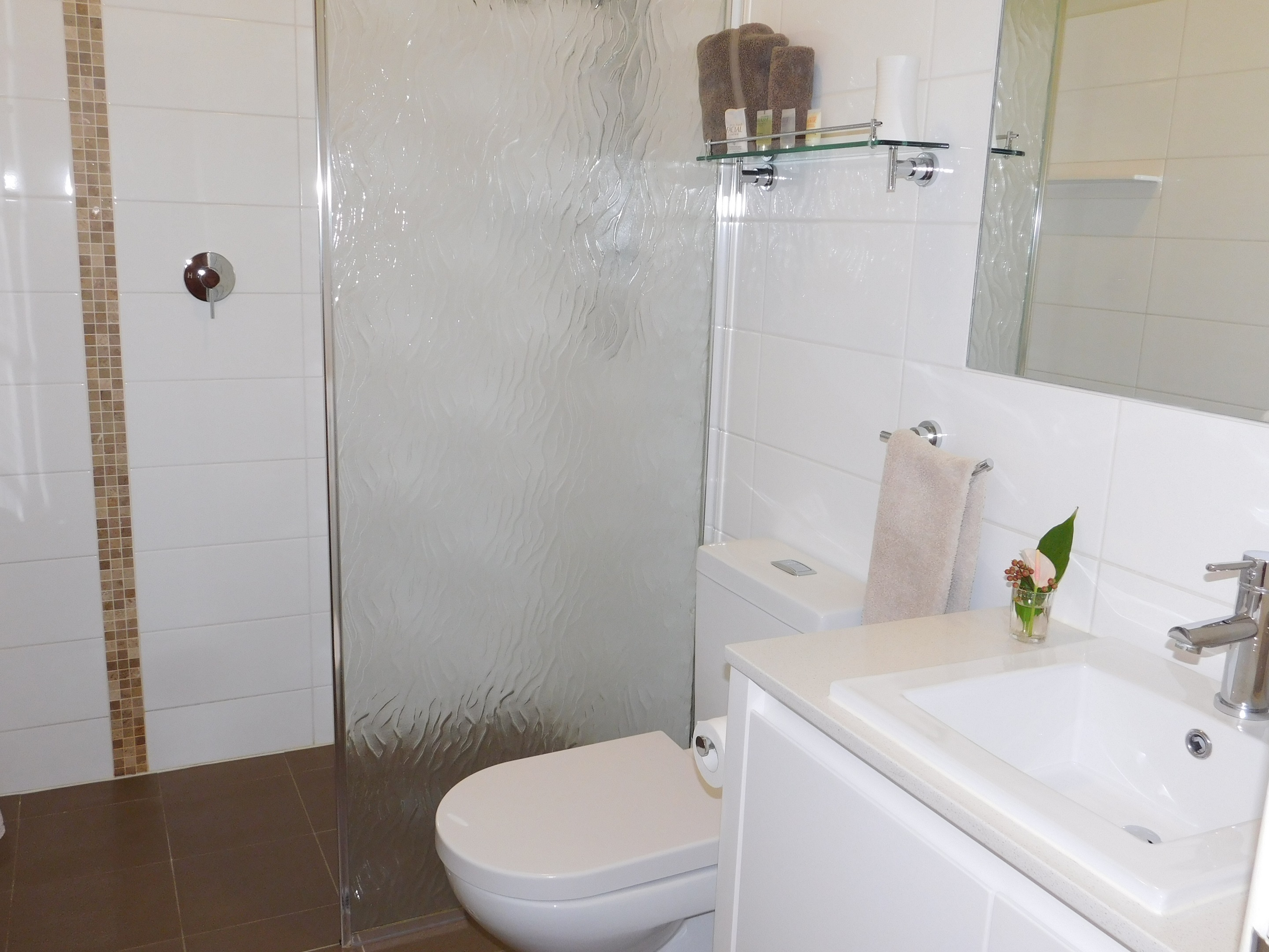 Ensuite with hairdryer, toiletries & heatlamps